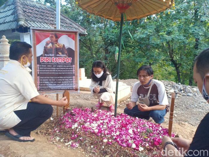 Doa bersama 40 hari meninggalnya Didi Kempot akan digelar Jumat (12/6). Hari ini, makam almarhum Didi Kempot didatangi banyak peziarah.