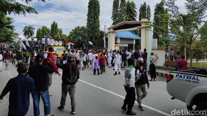 Massa di Poso menggelar demo terkait 3 warga diduga jadi korban salah tembak.