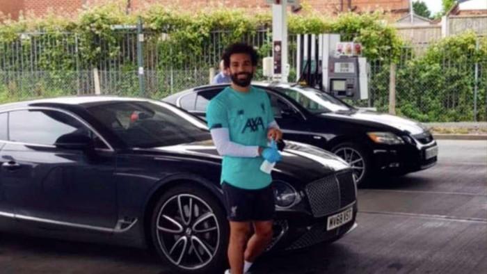 Mohamed Salah membayar bensin semura oang di sebuah SPBU