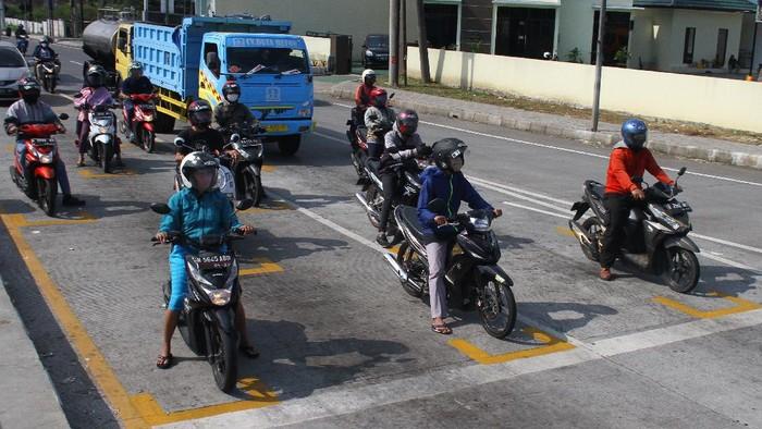 Kepolisian di Malang punya cara tersendiri untuk terapkan jaga jarak bagi para pemotor yang berkendara di jalan. Seperti apa caranya? yuk, lihat.