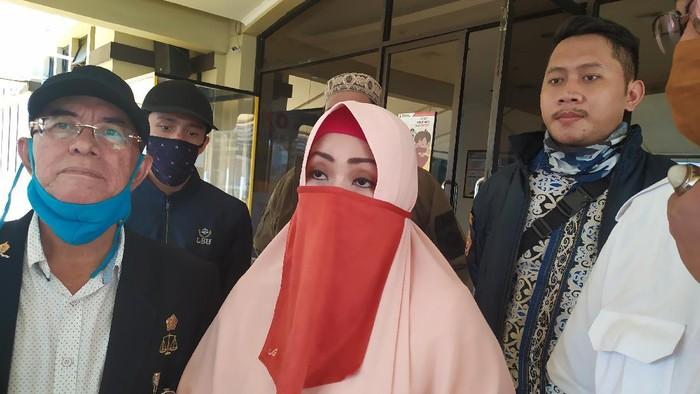 Rina Triningsih dan advokat dari IKAMI seusai diperiksa di Polres Jakut