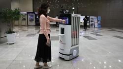 SK Telecom dan Omron Electronics Korea menciptakan robot untuk membantu penanganan virus Corona. Robot ini dapat memeriksa suhu tubuh dan mendisinfeksi lantai.