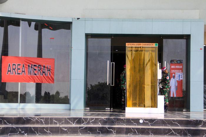 Petugas kesehatan melihat ruang isolasi Orang Tanpa Gejala (OTG) COVID-19 di gedung Mal Pelayanan Publik kawasan lingkar timur Sidoarjo, Jawa Timur, Kamis (11/06/2020). Pasmar 2 TNI AL bekerja sama dengan Pemkab Sidoarjo membuat ruang Isolasi dengan jumlah 129 kamar dengan tujuan sebagai upaya mencegah penyebaran COVID-19. ANTARA FOTO/Umarul Faruq/nz