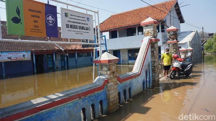 SD Negeri 3 Sriwulan, Demak terendam banjir rob, Kamis (11/6/2020).