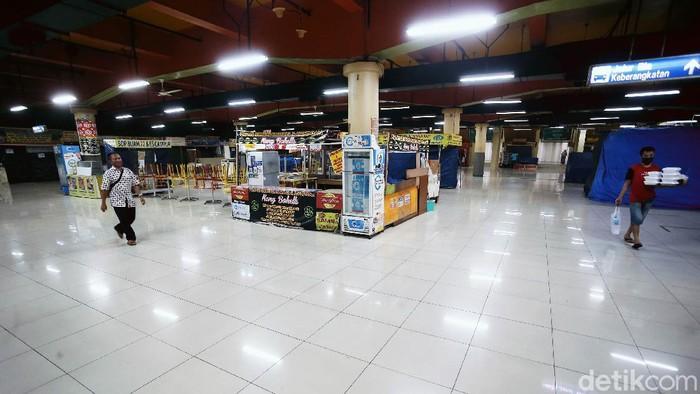 Mal Blok M ditutup sementara karena pandemi COVID-19 dan penerapan PSBB di Jakarta. Kini mal yang terletak di Jakarta Selatan itu menjadi sepi. Begini suasananya.