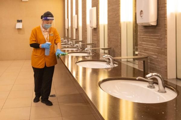 Toilet pun dibersihkan dengan disinfektan. (Changi Airport Group)