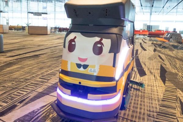 Tak hanya itu, karpet pun divacum oleh robot ini secara teratur. Robot ini juga menyemprotkan disinfektan saat membersihkan karpet. (Changi Airport Group)