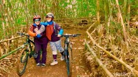 Traveler bisa naik sepeda gunung menyusuri trek di antara hutan bambu ini. Trek ini bisa digunakan warga yang hendak berolahraga dengan suasana pegunungan. Bahkan traveler bisa melihat keindahan Bandung dari ketinggian.