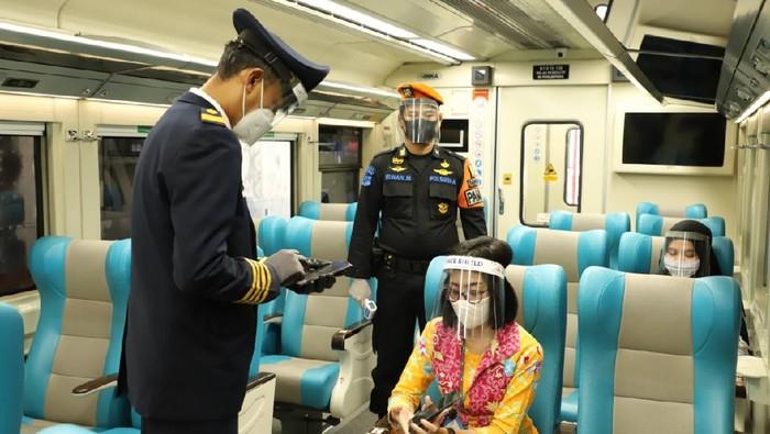 Berdasarkan pantauan, terdapat 950 penumpang yang berangkat menggunakan KA Jarak Jauh  pada hari pertama pengoperasian kembali KA Reguler.