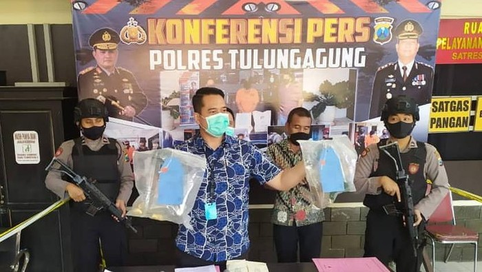 Polisi menetapkan satu tersangka dalam kasus banting botol bir di Pendapa Kabupaten Tulungagung. Sedangkan anggota dewan yang ikut ke pendapa lolos dari jeratan hukum.