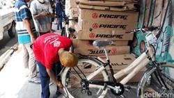 Minat bersepeda melonjak sejak pandemi virus Corona COVID-19 melanda. Toko-toko sepeda kebanjiran pegowes pemula yang mendadak jadi rajin olahraga.