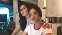 Pose Anya dan Wulan Guritno yang tampil dalam sebuah series mendapatkan 513 ribu likes. Dok. Instagram/anyageraldine