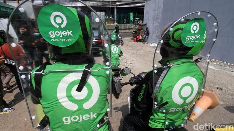 Mulai minggu ini, GoRide melakukan uji coba penggunaan sekat pelindung untuk para drivernya. Sekat ini berfungsi meminimalisasi penyebaran virus melalui droplet.