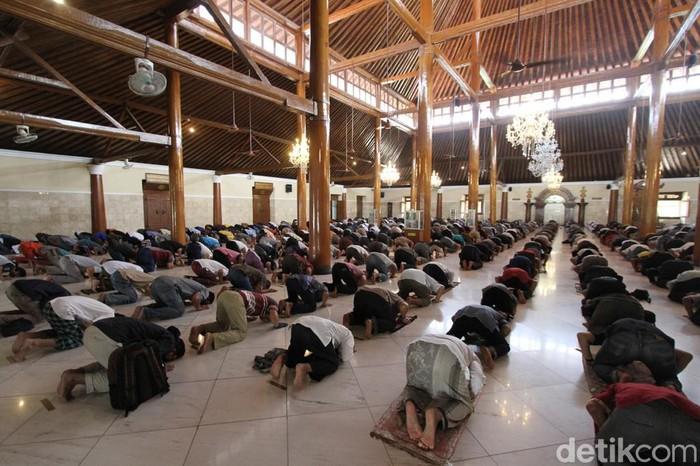 Ibadah Salat Jumat kembali digelar di sejumlah tempat di indonesia. Berikut foto-foto suasana Salat Jumat yang digelar dari Magelang, Yogyakarta dan Solo.