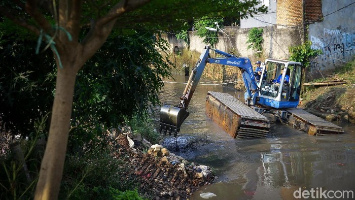 Demi mencegah banjir di musim hujan, normalisasi dilakukan di sepanjang Kali Krukut Pela Mampang, Jakarta Selatan.