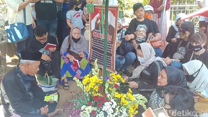Hari ini merupakan 40 hari meninggalnya Didi Kempot. Yan Vellia, istri kedua Didi Kempot ziarah membawa rasa rindu pada sang maestro campursari.