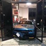 Maling Salah Perhitungan, Curi Mobil Malah Nyangkut di Kusen Pintu