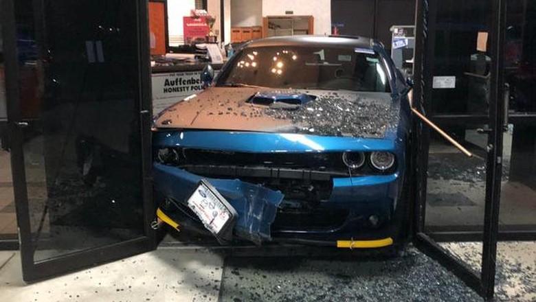 Dodge Challenger gagal dicuri gara-gara tersangkut di pintu dealer