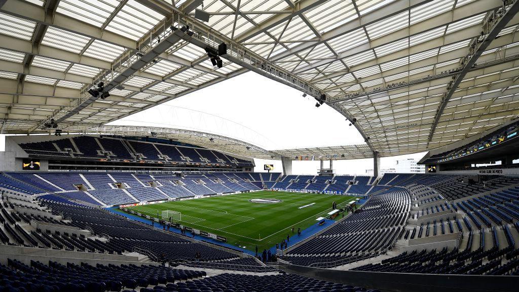 Bahaya Banget! Nonton Bola di Atap Stadion, Nyalakan Flare Pula