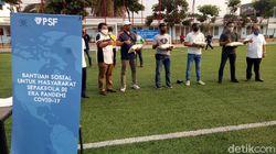 Gede Widiade Beri Bantuan ke Beberapa Pelaku Sepakbola