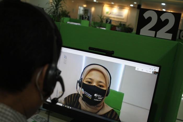 Kantor BPJamsostek cabang Tangerang Banten sudah dua bulan lebih menerapkan layanan tanpa kontak fisik antara petugas dan peserta yang tetap mengedepankan protokol kesehatan.