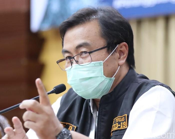 Ketua Rumpun Kuratif Gugus Tugas Percepatan Penanganan COVID-19 di Jatim dr Joni Wahyuhadi