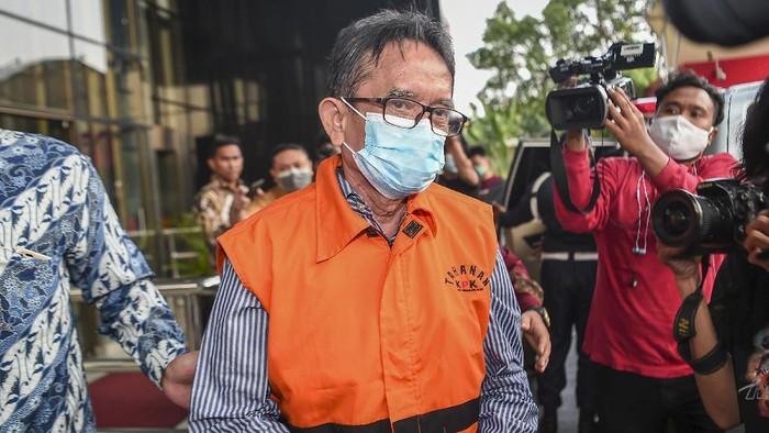 Mantan Direktur Utama PT Dirgantara Indonesia (Persero) (PTDI) Budi Santoso berada di dalam mobil tahanan usai ditetapkan sebagai tersangka di Gedung KPK, Jakarta, Jumat (12/6/2020). KPK menahan Budi Santoso dalam kasus dugaan korupsi kegiatan penjualan dan pemasaran pesawat PTDI tahun 2007-2017. ANTARA FOTO/Nova Wahyudi/wsj.