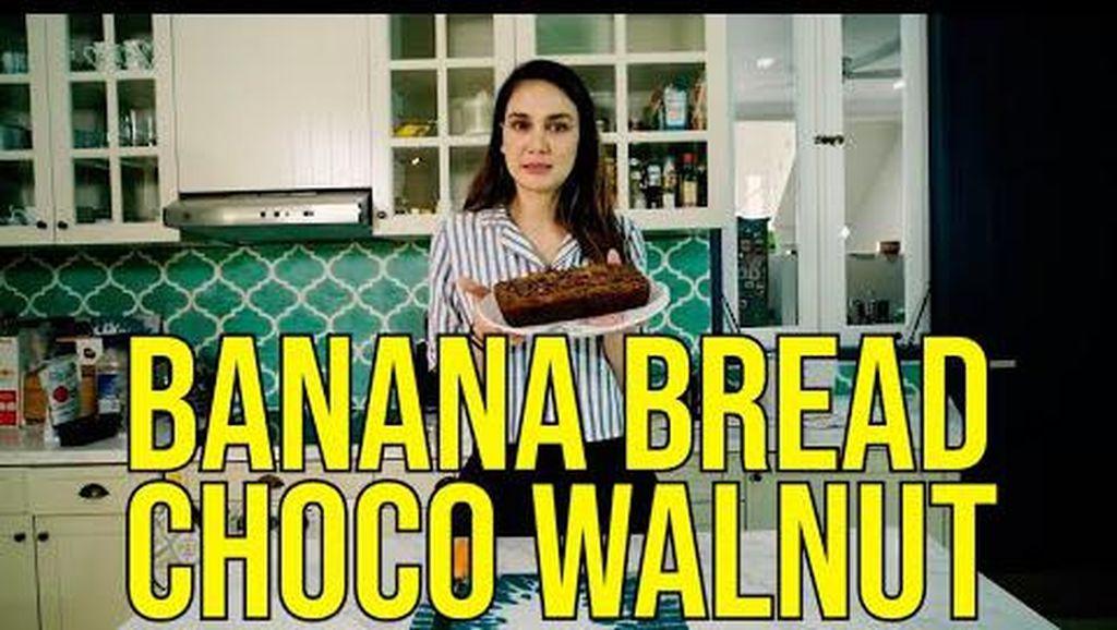 Turun ke Dapur! Luna Maya Bikin Banana Bread Cokelat Andalannya