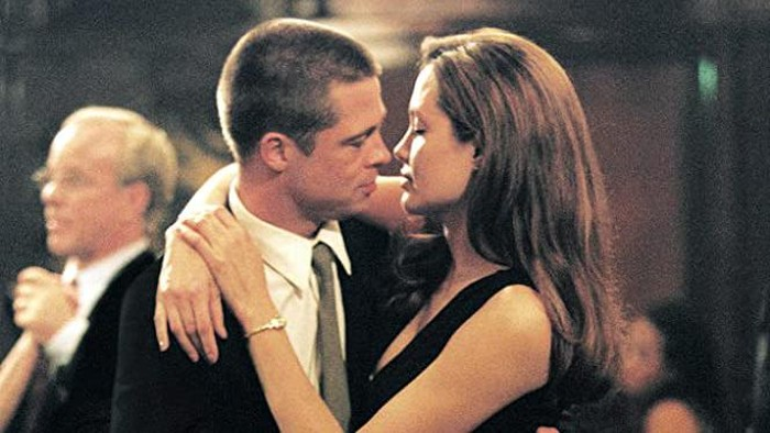 Brad Pitt dan Angelina Jolie di Mr & Mrs Smith.