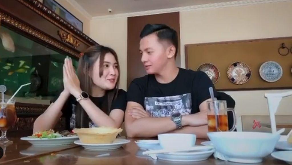 Banyu Moto Trending No 1, Nella Kharisma dan Dory Harsa Makan Bareng