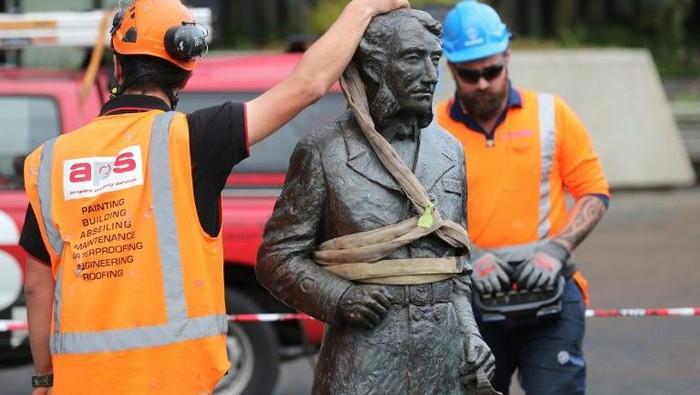 Patung Komandan John Fane Charles Hamilton diturunkan karena dianggap sebagai simbol kolonialisme (AFP Photo)