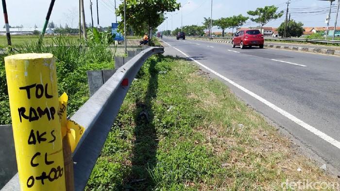 Proyek pembangunan jalan tol Yogyakarta-Solo terus berlanjut meski di tengah pandemi COVID-19. Proyek itu saat ini memasuki tahap pematokan lahan.
