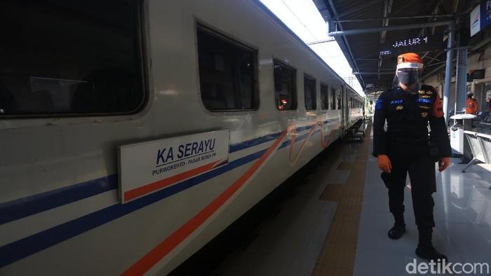 PT Kereta Api Indonesia Daop 1 Jakarta kembali mengoperasikan kereta jarak jauh reguler per hari ini. di Stasiun Pasar Senen, Jakarta, Jumat (12/6/2020).