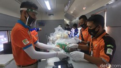 Petugas PT Kereta Api Indonesia Daop 1 Jakarta telah siap layani penumpang dengan mengunakan protokol kesehatan dengan mengunakan masker dan face shield.