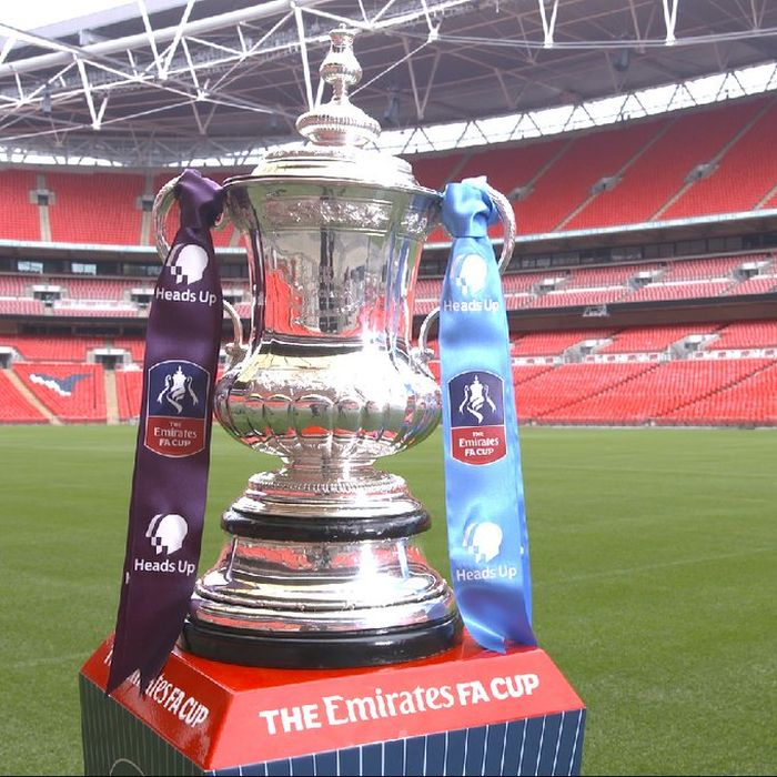 Trofi Piala FA 2020 di Stadion Wembley, London, dengan pita Heads Up FA Cup Final.