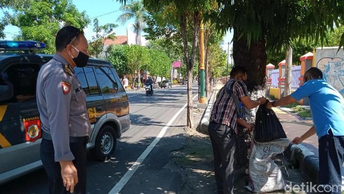 Polisi mengevakuasi sak misterius berbau busuk di Klaten