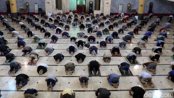 Ribuan jemaah datangi Masjid Raya Bandung untuk melaksanakan salat Jumat berjamaah. Sejumlah protokol kesehatan pun diterapkan guna cegah penyebaran COVID-19.