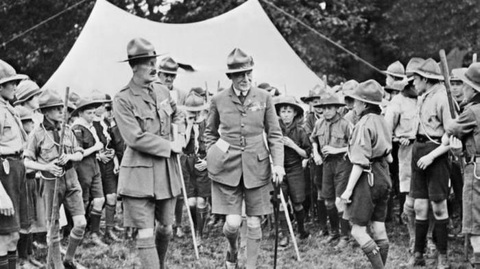Robert Baden-Powell bersama anak-anak pramuka. (AFP)