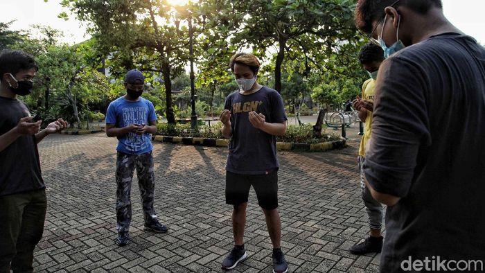 Sejumlah anak dari komunitas Parkour Priok melakukan latihan di kawasan Danau Sunter, Jakarta, Kamis (11/6). Menurut keterangannya, sejak memasuki pandemi COVID-19 mereka kehilangan tempat latihan karena masih dalam masa PSBB.