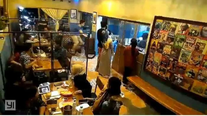 Tangkapan layar viral pesepeda masuk restoran di Semarang