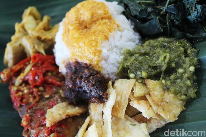Tips sehat makan di restoran Padang