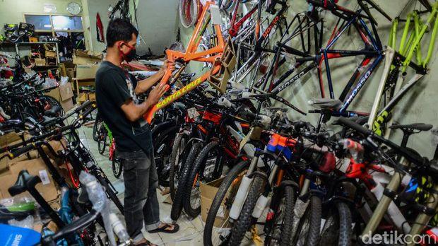Di masa new normal ini, penjualan sepeda meningkat tajam. Bahkan toko sepeda buka hingga dini hari.