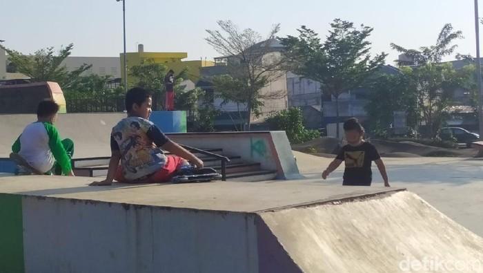 Anak-anak bermain di RTH Kalijodo