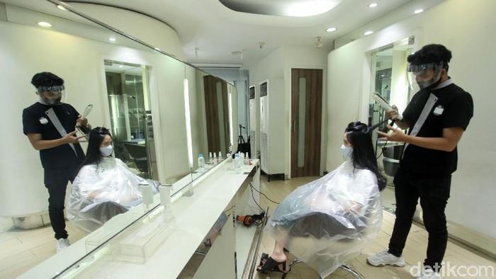 Setelah tutup selama 3 bulan, sektor usaha salon dan barbershop akan kembali dibuka pada 15 Juni nanti. Hal tersebut disambut dengan suka cita oleh para pengusaha salon, salah satunya Salon Alfons di Jakarta Selatan.
