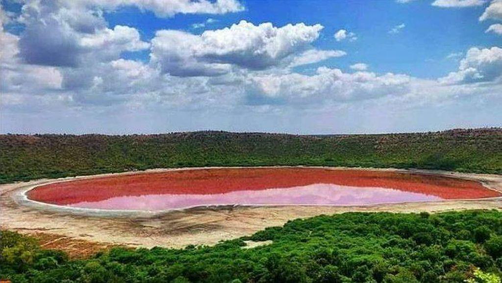 Misterius, Warna Danau Ini Berubah Jadi Pink