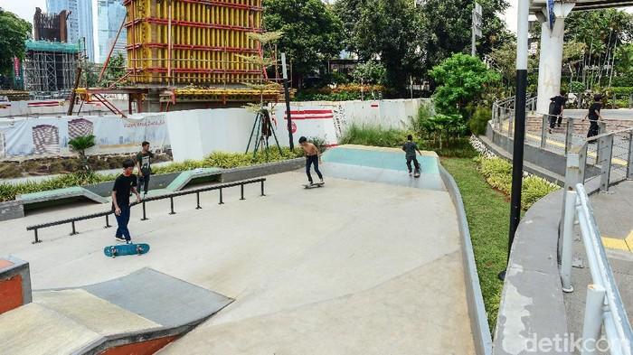 Para penggemar olahraga ekstrim skateboard bermain di taman skateboard Dukuh Atas, Jakarta, Jakarta, Sabtu (13/6/2020). Sayangnya para remaja ini tidak mengindahkan protokol kesehatan selama PSBB transisi berupa masker. Kalaupun menggunakan, diturunkan hingga leher sehingga masker tidak berfungsi.