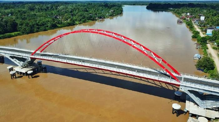 Kementerian Pekerjaan Umum dan Perumahan Rakyat (PUPR) telah menyelesaikan pembangunan Jembatan Tumbang Samba yang menghubungkan Desa Telok dan Desa Samba Danum, di Kecamatan Katingan Tengah, Provinsi Kalimantan Tengah. Kehadiran jembatan tersebut menjadi elemen krusial bagi kelancaran konektivitas di Lintas Tengah Kalimantan.