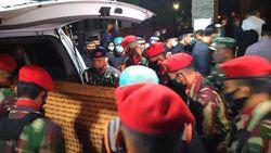 Ambulans Pembawa Jenazah Pramono Edhie Wibowo Tiba di Puri Cikeas