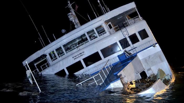 KMP Dharma Rucitra III berada dalam posisi miring dan hampir tenggelam di Dermaga 2 Pelabuhan Padangbai, Karangasem, Bali, Sabtu (13/6/2020) dini hari. Kapal yang mengangkut sekitar 60 penumpang dan ABK serta puluhan kendaraan berbagai jenis dari Pelabuhan Lembar, Lombok, tersebut diduga mengalami kebocoran lambung kapal. ANTARA FOTO/Fikri Yusuf/pras.