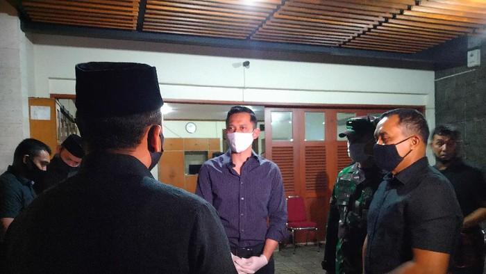 Ketum Partai Demokrat Agus Harimurti Yudhoyono (AHY) berada di rumah duka almarhum mantan Kasad Prmono Edhie.